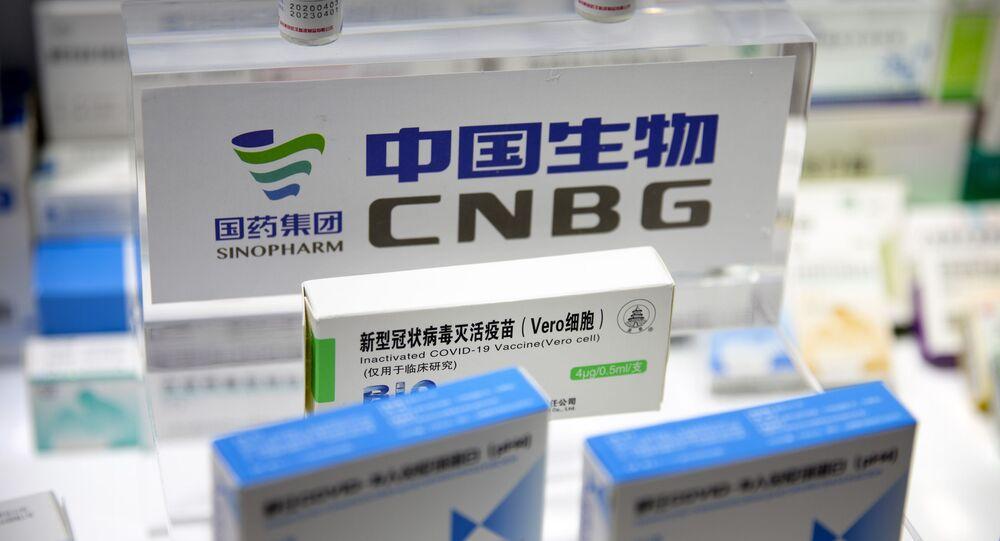 Em Pequim, uma caixa de uma vacina contra a COVID-19 da farmacêutica chinesa Sinopharm é exibida durante uma feira internacional, em 5 de setembro de 2020