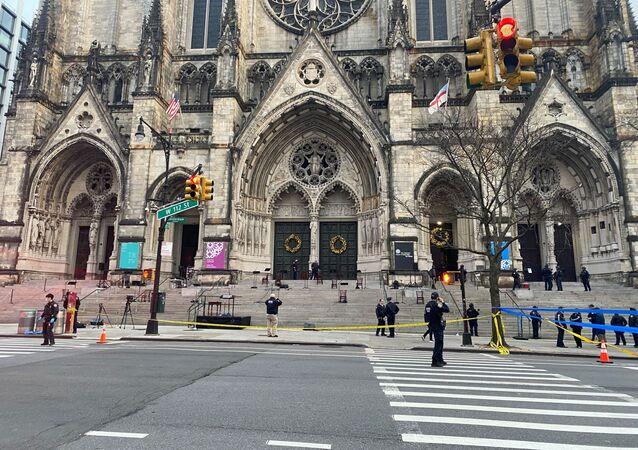 Polícia estabelece cordão de segurança em torno da Catedral de São João, o Divino, em Manhattan, Nova York, após tiroteio