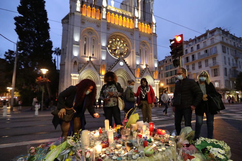 Homenagem é feita às vítimas do atentado de 29 de outubro na Basílica Notre-Dame, na cidade francesa de Nice