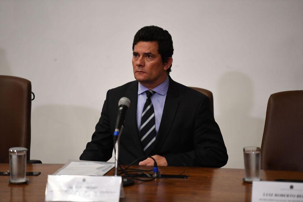 Sergio Moro anuncia em 24 de abril durante coletiva de imprensa em Brasília sua demissão do cargo de ministro da Justiça ao passo que rompe com o governo Bolsonaro e acusa o presidente de interferir na Polícia Federal