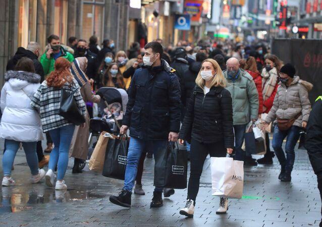 Cidadãos vão às compras usando máscaras em Colônia, na Alemanha, no dia 12 de dezembro de 2020