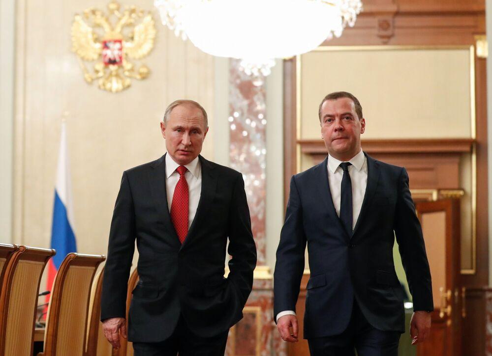 Em 15 de janeiro, o ex-premiê russo Dmitry Medvedev anunciou ao presidente Vladimir Putin a decisão de renúncia plena do governo da Rússia