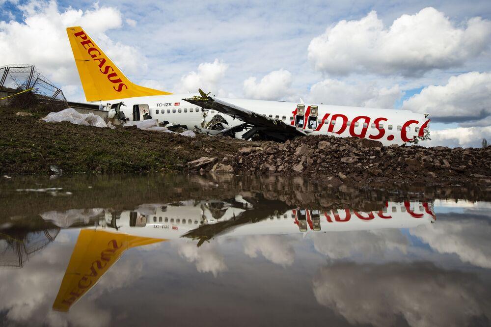 Em 5 de fevereiro, um Boeing 737-800 da companhia aérea Pegasus quebrou em pedaços após derrapar em pista do Aeroporto Internacional Sabiha Gokçen, em Istambul, Turquia