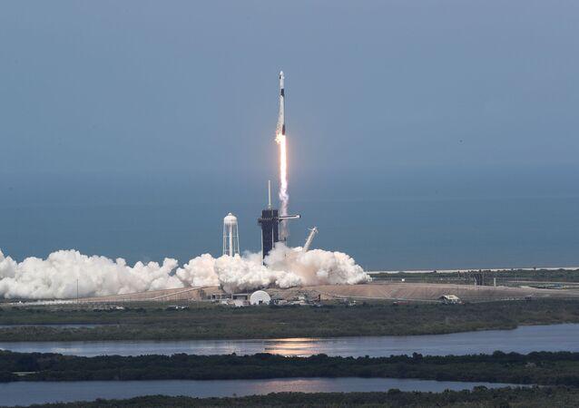 No dia 30 de maio, a Crew Dragon se tornou a primeira espaçonave de uma empresa particular do mundo a levar astronautas ao espaço