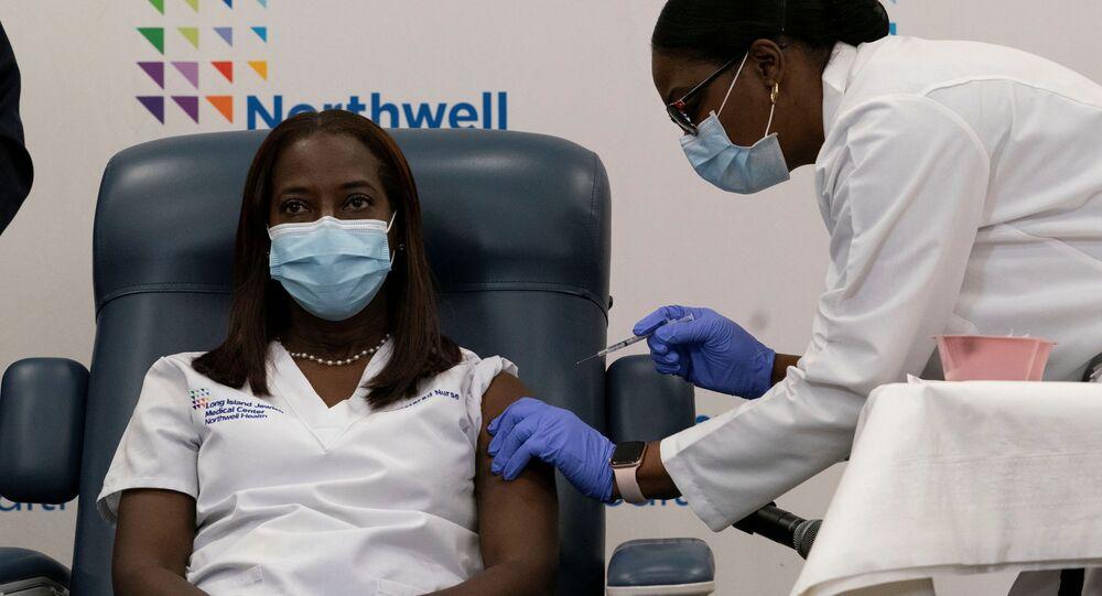 Sandra Lindsay, enfermeira do Centro Médico Judaico de Long Island, em Nova York, primeira pessoa nos Estados Unidos a ser vacinada contra a COVID-19 no dia 14 de dezembro de 2020
