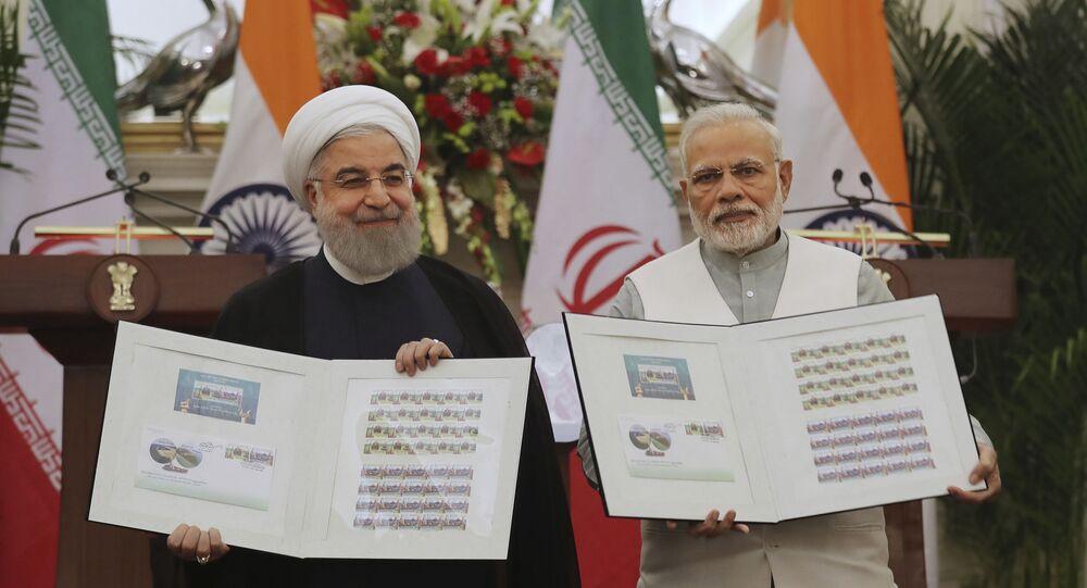 Em Nova Deli, na Índia, o primeiro-ministro indiano, Narendra Modi (à direita), e o presidente do Irã, Hassan Rouhani (à esquerda), participam de cerimônia conjunta comemorando o aumento dos laços comerciais e econômicos entre seus países com o lançamento de um selo postal, em 17 de fevereiro de 2018