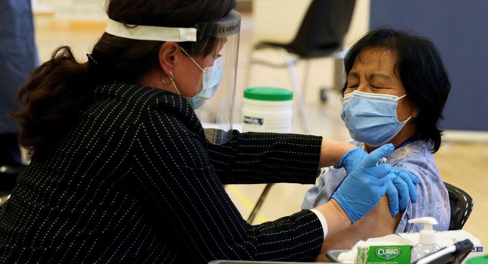Anita Quidangen, cuidadora em um lar de idosos, é a primeira canadense vacinada contra a COVID-19, em Toronto, no dia 14 de dezembro de 2020.