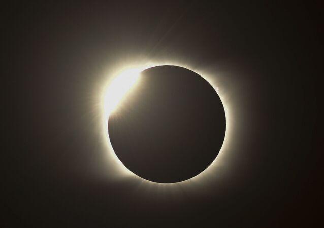 Efeito do anel de diamante é visto durante o eclipse solar total em Piedra de Áquila, Argentina, 14 de dezembro de 2020