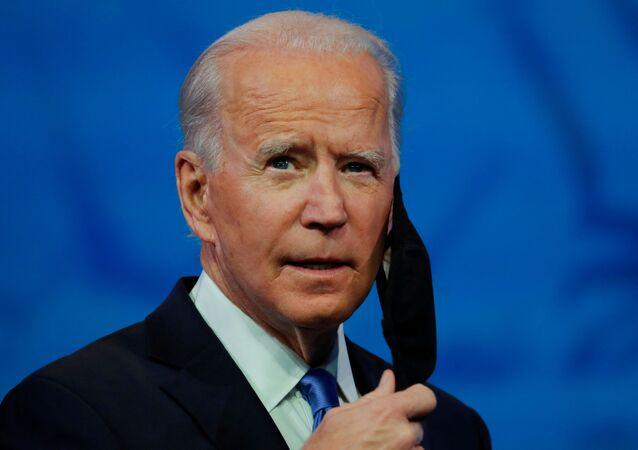 Presidente eleito dos EUA, Joe Biden, retira sua máscara protetora para realizar discurso em rede nacional, Wilmington, Delaware, EUA, 14 de dezembro de 2020