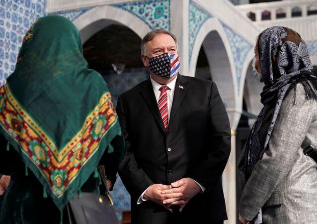 Secretário de Estado dos EUA, Mike Pompeo, em mesquita em Istambul, durante visita à Turquia, 17 de novembro de 2020 (foto de arquivo)