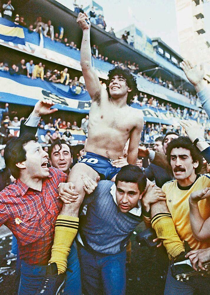 Torcedores carregam Diego Maradona depois de vencer o campeonato com o Club Atlético Boca Juniors no estádio de La Bombonera em Buenos Aires, Argentina, 1981