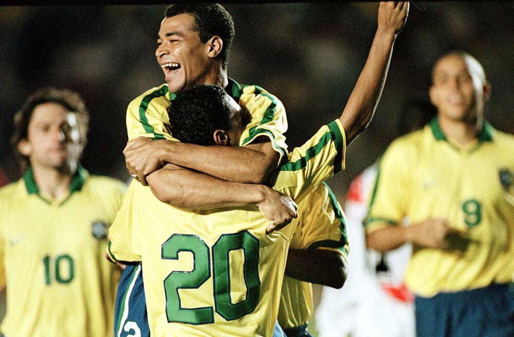 Jogador brasileiro Cafu abraça Denilson que marcou o primeiro gol contra Peru durante semifinal da Copa América em Santa Cruz, Bolívia