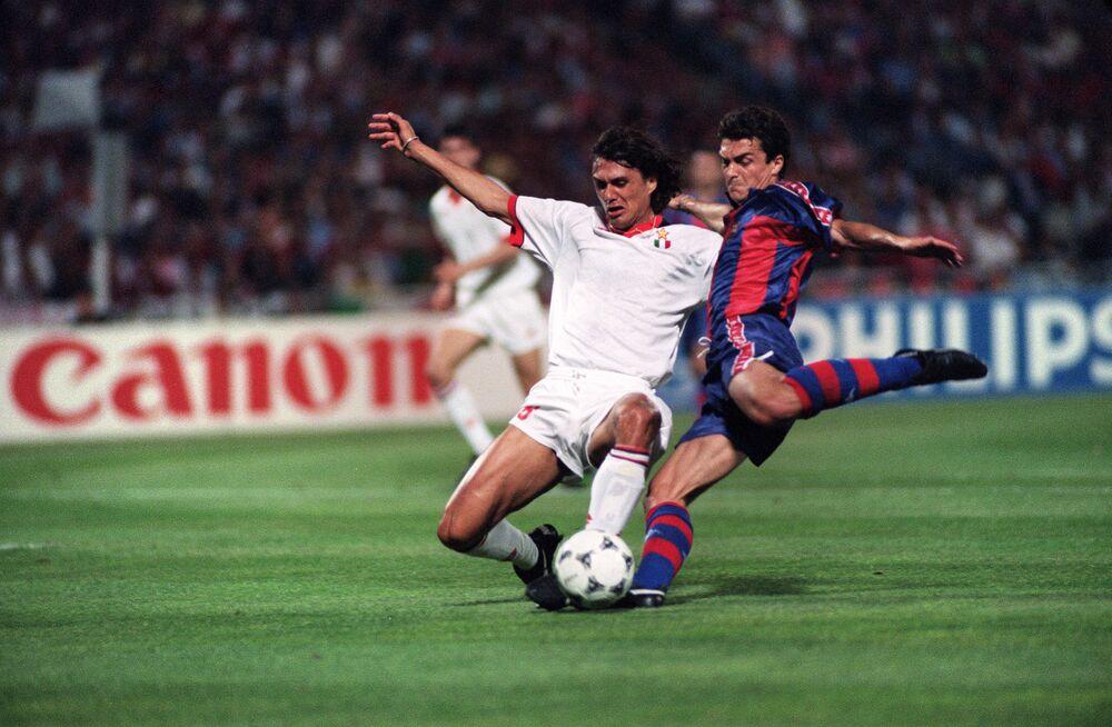 Jogador espanhol do Barcelona, Miguel Ángel Nadal, duela com jogador italiano do Milan, Paolo Maldini, durante a final da Liga dos Campeões da Europa, 18 de maio de 1994, no Estádio Olímpico de Atenas, Grécia. Clube de futebol Milan ganhou Barcelona por 4 a 0 e levou o título europeu