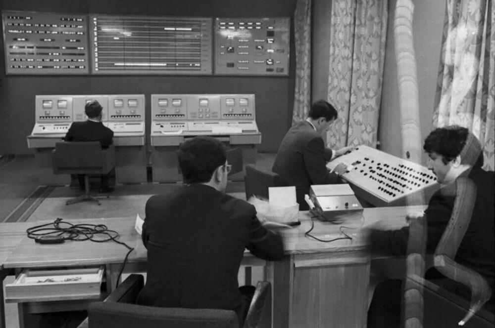 Especialistas do Centro de Comunicações Espaciais de Longa Distância durante o controle de voo da sonda Venera 7