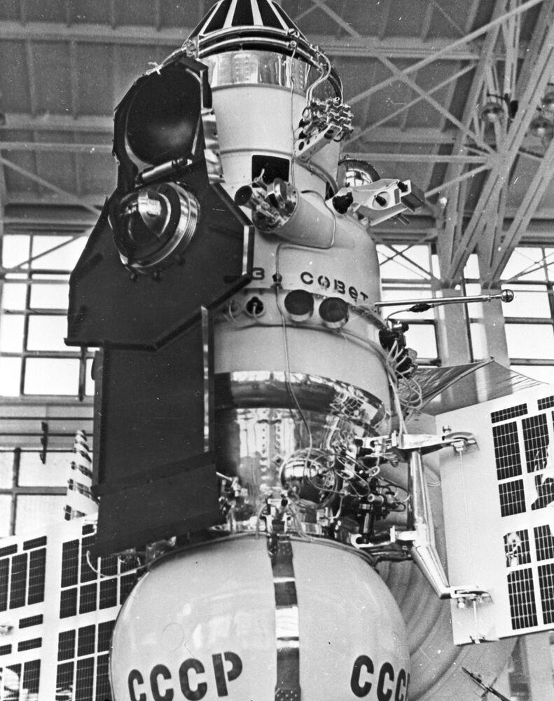 Reprodução de foto da sonda espacial Venera 7 no departamento de montagem e testes da estrutura