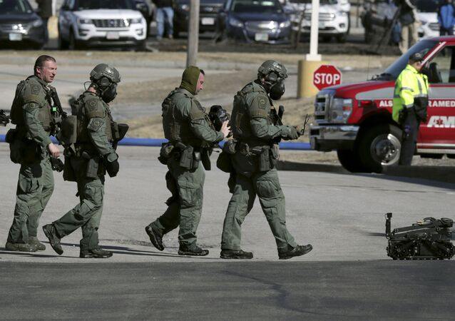 Policiais e robô saem de cena de luta em Manchester, New Hampshire, EUA