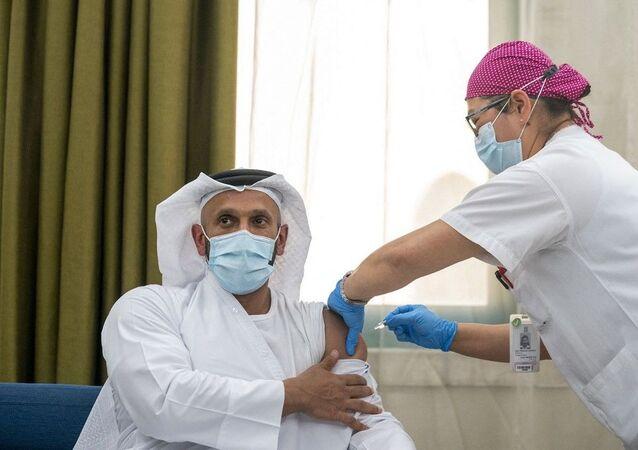 O sheik Abdullah bin Mohammed al-Hamed, presidente do Departamento de Saúde dos Emirados Árabes Unidos, participa do ensaio clínico para a terceira fase de testes de vacina contra a COVID-19. Foto de 16 de julho de 2020