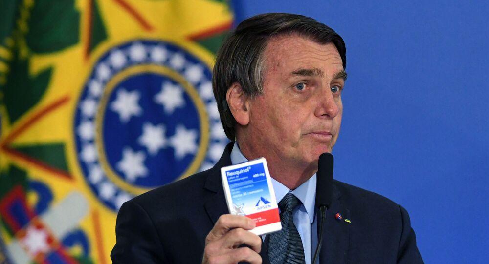 Presidente Jair Bolsonaro mostra caixa de cloroquina durante cerimônia de posse do ministro da Saúde, general Eduardo Pauzello, no salão nobre do Palácio do Planalto, em Brasília (DF)