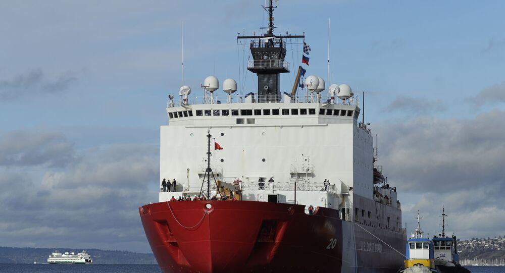 Rebocadores ajudam o quebra-gelo Healy a quebrar o gelo, em 30 de novembro de 2018