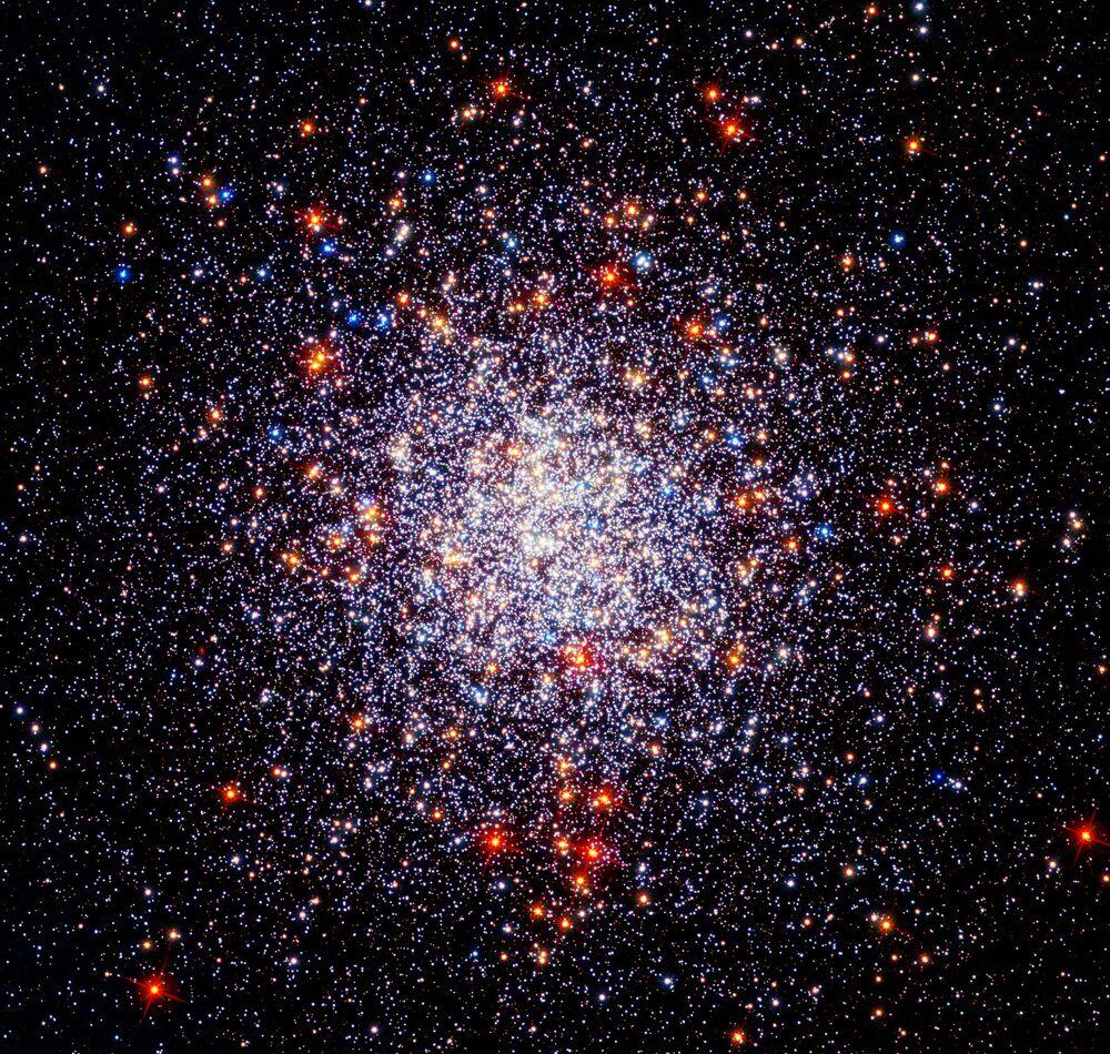 Foto do Enxame Estelar Globular Caldwell 87 (ou NGC 1261). As observações do Hubble ajudaram os astrônomos a seguir os movimentos dos enxames estelares e a compreender melhor a composição química de estrelas