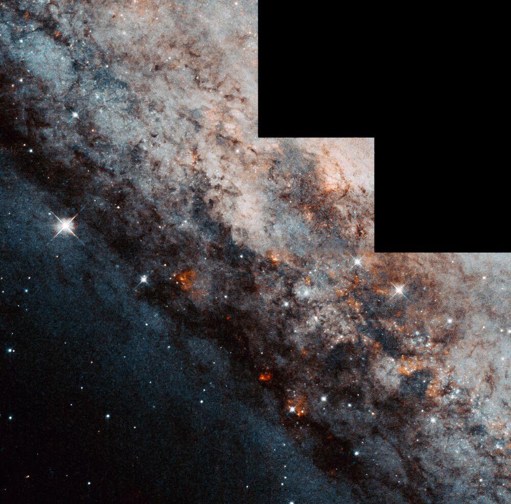 Galáxia espiral NGC 4945, com região central em forma de barra, localizada na constelação de Centaurus