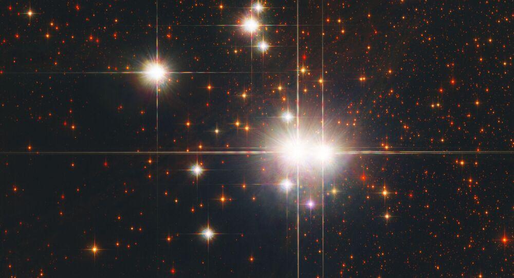 Este Enxame Estelar Aberto, Caldwell 82 (ou NGC 6193), abrange 30 estrelas, incluindo duas estrelas de tipo O, as mais maciças e brilhantes estrelas conhecidas. Estrelas de tipo O são muito raras e muito quentes, superando temperatura de 30 mil graus Kelvin (o Sol, por exemplo, tem temperatura de 5.800 graus Kelvin)