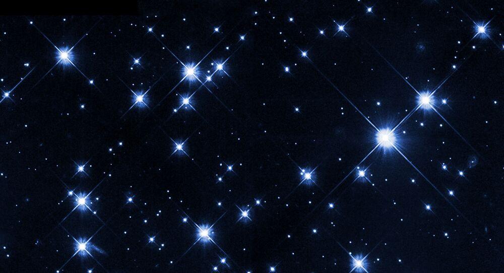 Visível a olho nu a partir de um local escuro, Caldwell 14 é popularmente conhecido como Duplo Enxame de Perseu. Estes dois enxames abertos, também chamados de NGC 869 e NGC 884, estão lado a lado, a meio caminho entre as estrelas brilhantes das constelações de Perseu e Cassiopeia