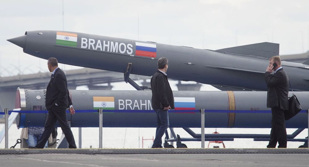 Visitantes caminham próximos do míssil antinavio BrahMos na Rússia