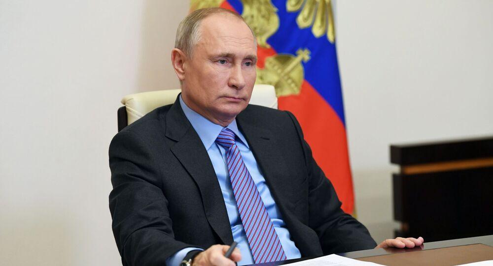 Presidente da Rússia, Vladimir Putin, em sua residência durante videoconferência, 14 de dezembro de 2020