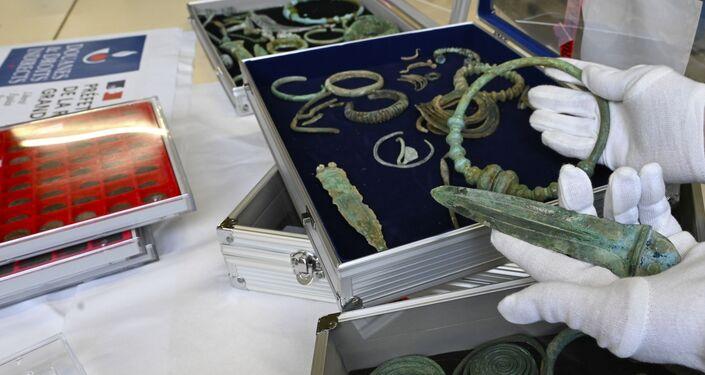 Achados arqueológicos apreendidos pela alfândega francesa de um residente que tentava vendê-los na Bélgica