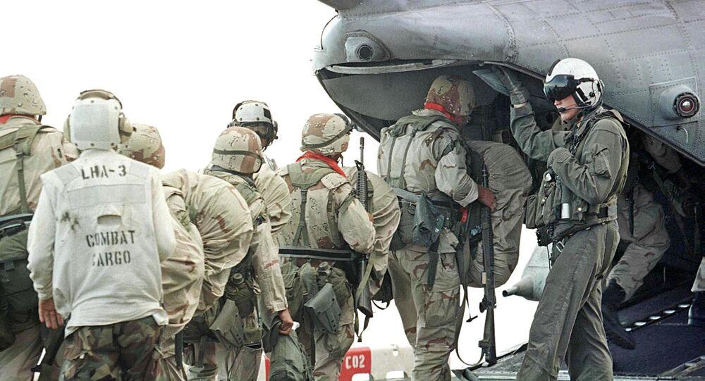 Fuzileiros navais dos EUA entram em um helicóptero durante a operação Raposa do Deserto