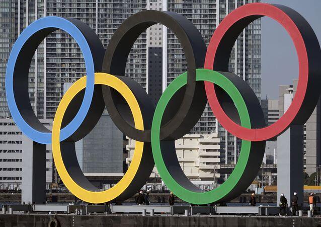 Anéis olímpicos em Tóquio, no Japão.