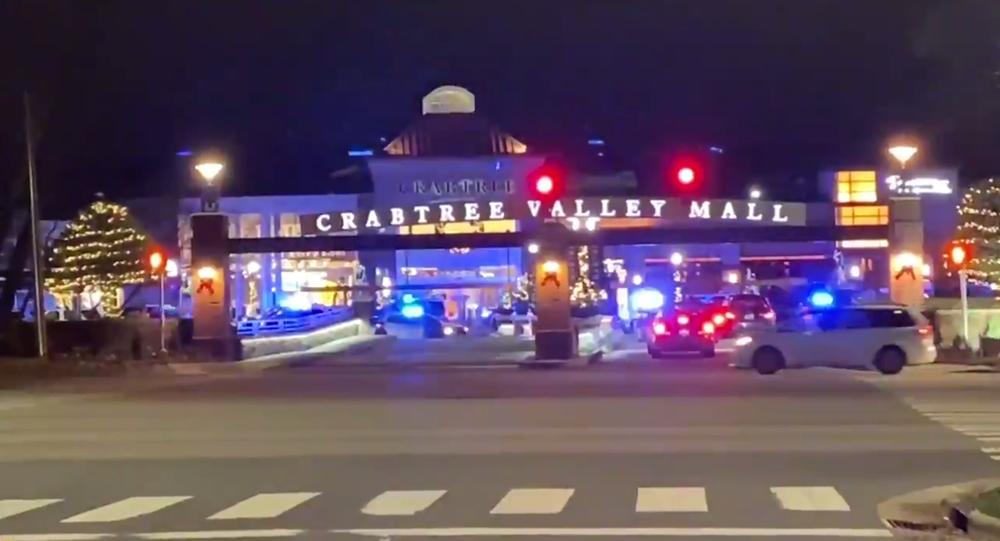 Screenshot de vídeo mostrando o shopping Crabtree Valley, em Raleigh, Carolina do Norte, cercado pela polícia após tiroteio