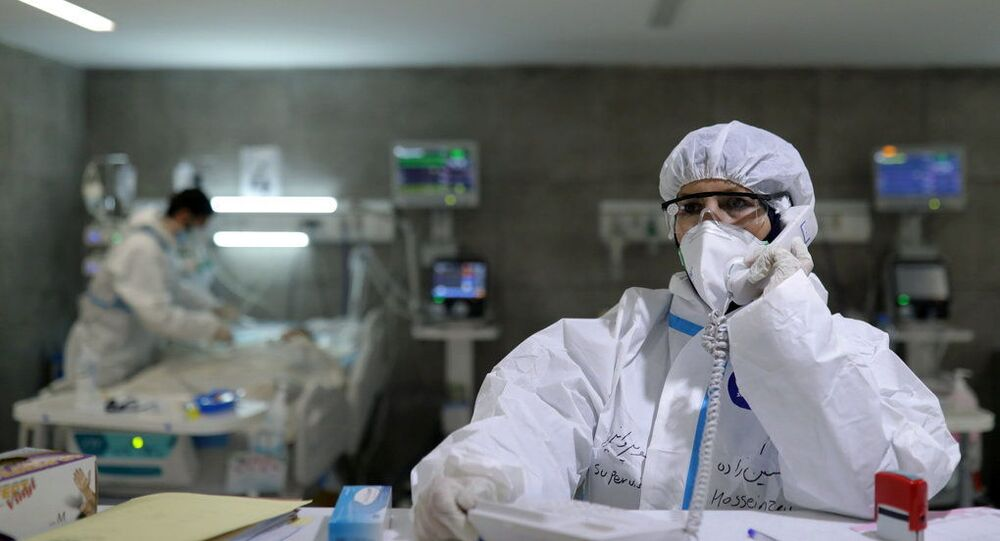 Enfermeira que cura pacientes com COVID-19 fala ao telefone em hospital de Teerã, Irã, 16 de dezembro de 2020