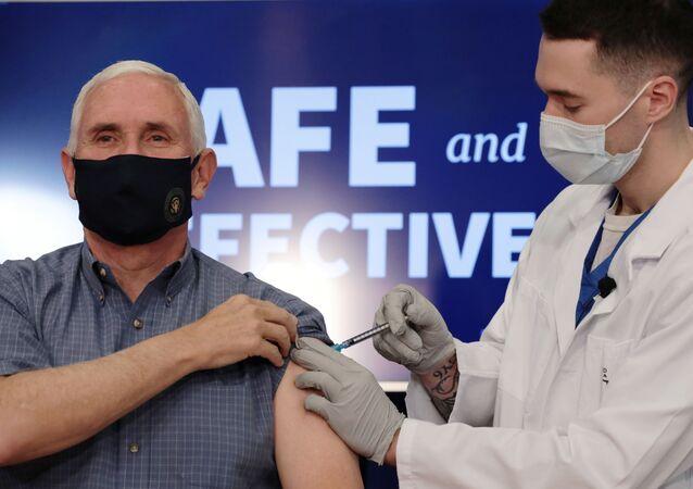O vice-presidente dos EUA, Mike Pence, recebe a vacina COVID-19 na Casa Branca em Washington
