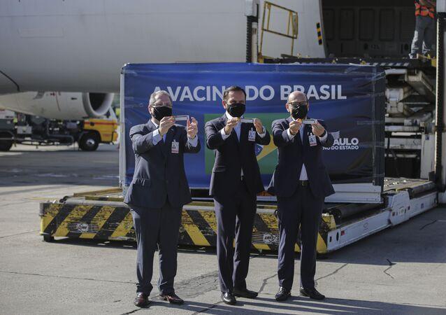 O governador de São Paulo, João Doria (PSDB), o presidente do Butantan, Dimas Covas, e o secretário de Saúde do Estado, Jean Gorinchteyn, durante a chegada de mais um lote de 1,9 milhões de doses da vacina Coronavac no Aeroporto Internacional de Guarulhos, na Grande São Paulo.