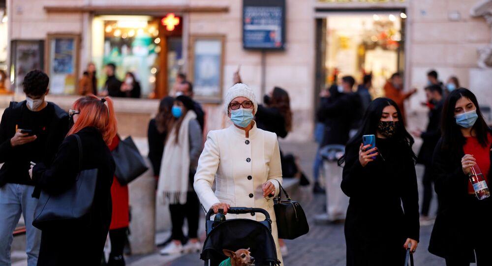 Pessoas usando máscaras andam em frente à Fontana di Trevi durante restrições devido à COVID-19 na Roma, Itália, 17 de dezembro de 2020