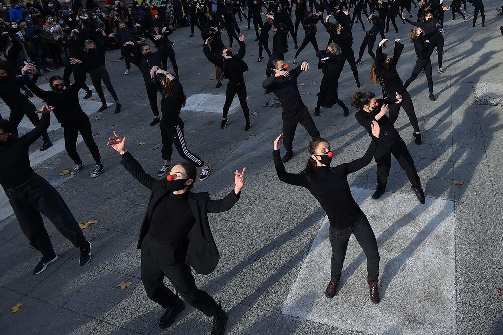 Grupo de 180 dançarinos Les Essentiels dança durante uma performance em 12 de dezembro de 2020 na cidade de Montpellier, França, para protestar contra política de saúde do governo e contra decisões tomadas em relação ao mundo cultural na França
