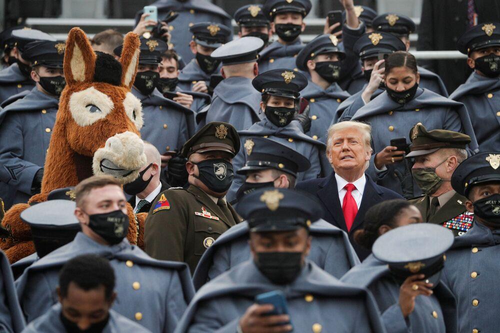 Presidente dos EUA Donald Trump assiste entre cadetes do Exército dos Estados Unidos ao jogo de futebol anual universitário Exército-Marinha no estádio Michie Stadium, West Point, Nova York, Estados Unidos, 12 de dezembro de 2020