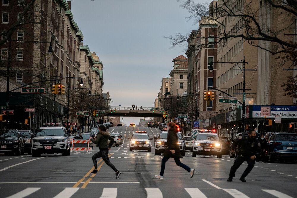 Pessoas correm depois que um homem abriu fogo fora da Igreja Catedral de São João, o Divino em Manhattan, Nova York, EUA, 13 de dezembro de 2020