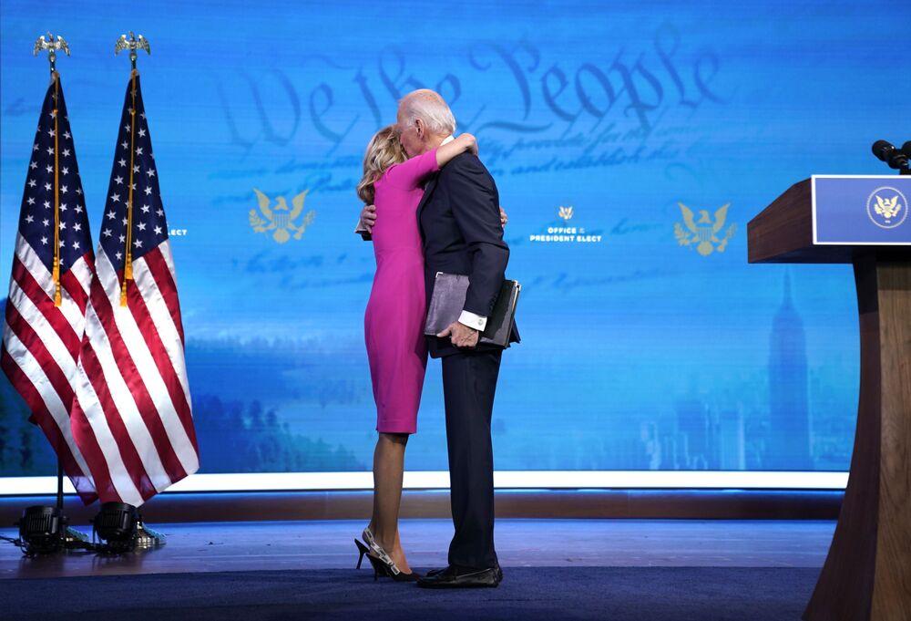 O presidente eleito Joe Biden abraça sua mulher dr.ª Jill Biden depois de discursar sobre o processo de certificação de votos pelo Colégio Eleitoral no teatro Sondheim em 14 de dezembro de 2020 em Wilmington, Delaware, EUA
