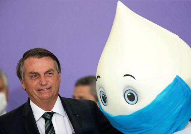 Presidente da República, Jair Bolsonaro, com Zé Gotinha, mascote de SUS, 16 de dezembro de 2020