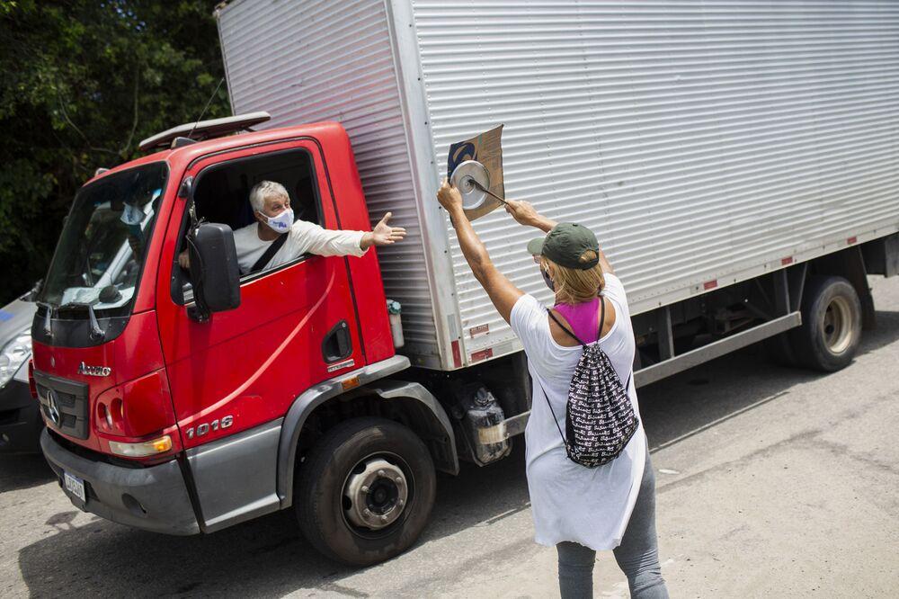 Mulher em Búzios batendo na panela protesta contra imposição de medidas restritivas no município, 18 de dezembro de 2020