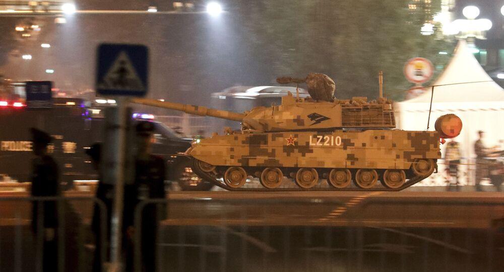 Um tanque militar chinês passa na avenida de Jianguomenwai em Pequim
