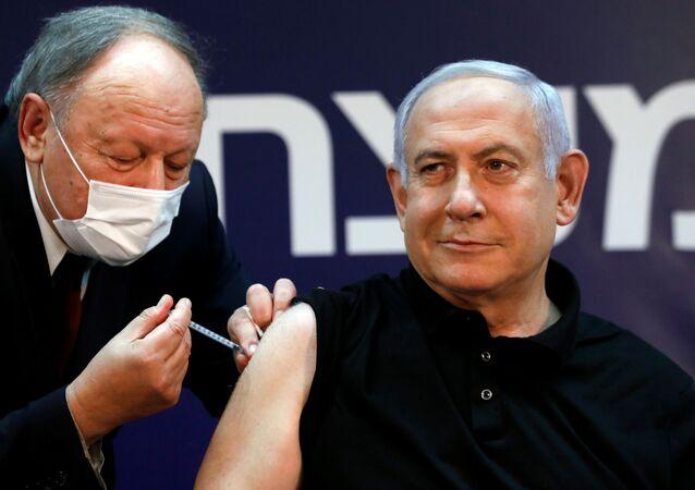 O primeiro-ministro de Israel, Benjamin Netanyahu, recebe vacina contra o coronavírus no Sheba Medical Center em Ramat Gan, Israel