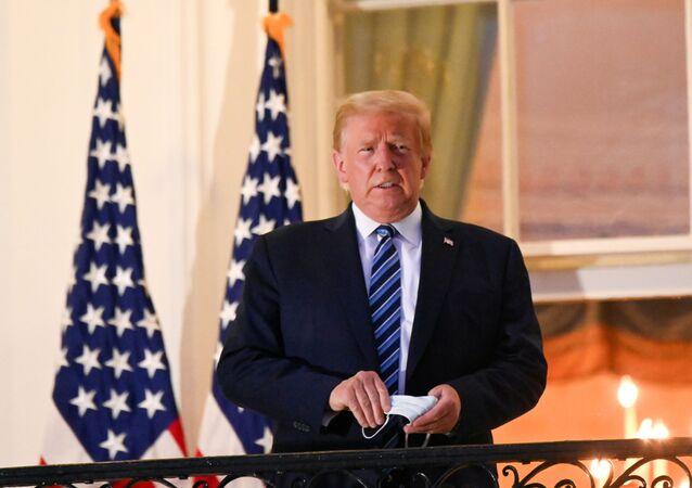 Presidente dos Estados Unidos, Donald Trump, faz discurso na varanda da Casa Branca.