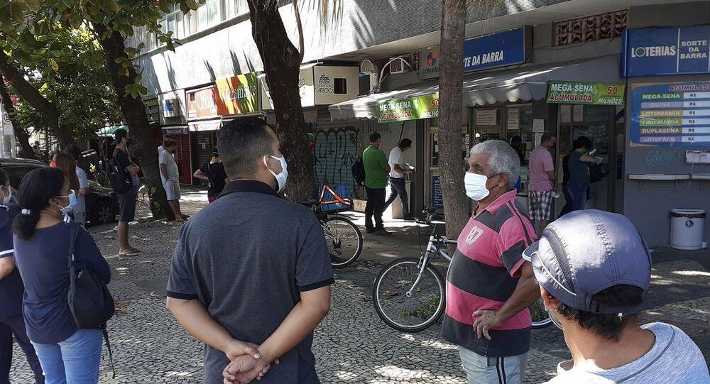 Fila com distanciamento social em lotérica do Rio de Janeiro