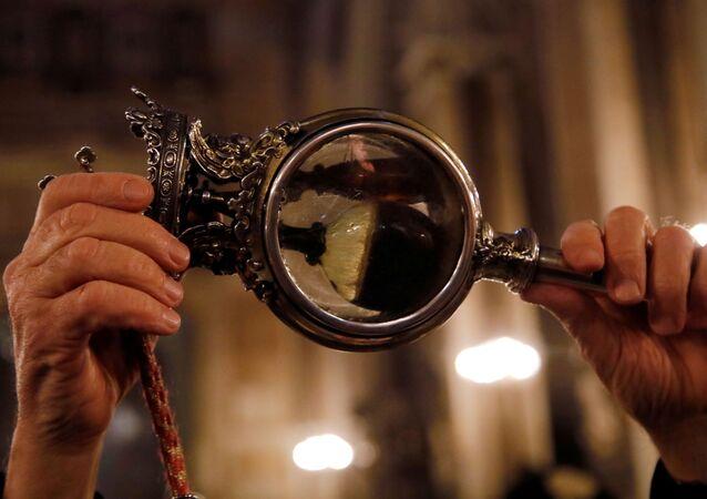 Abade Vincenzo De Gregorio carrega um vial contendo o sangue de São Januário em Nápoles, Itália