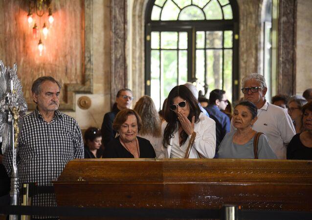 Nicette Bruno (de preto, no centro) ao lado da filha Beth Goulart no velório da também atriz, cantora, diretora e compositora Bibi Ferreira, no Theatro Municipal do Rio Janeiro, em 14 de fevereiro de 2019