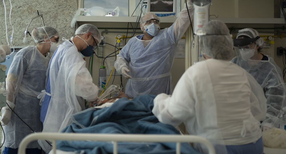 Médicos cuidam de paciente com COVID-19 no Hospital Oceânico de Niterói, na Região Metropolitana do Rio de Janeiro, em 11 de dezembro de 2020